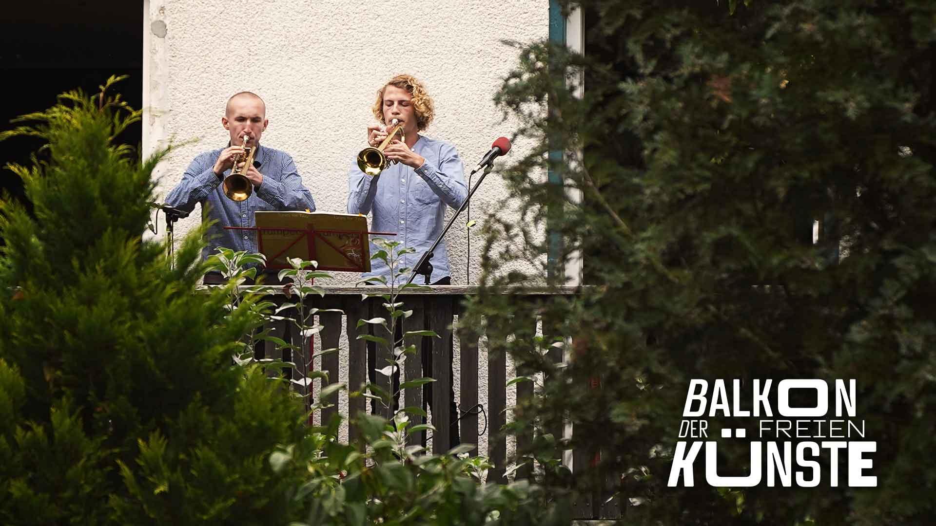 Trompeten-Stars Moritz und Frieder auf dem Balkon der freien Künste