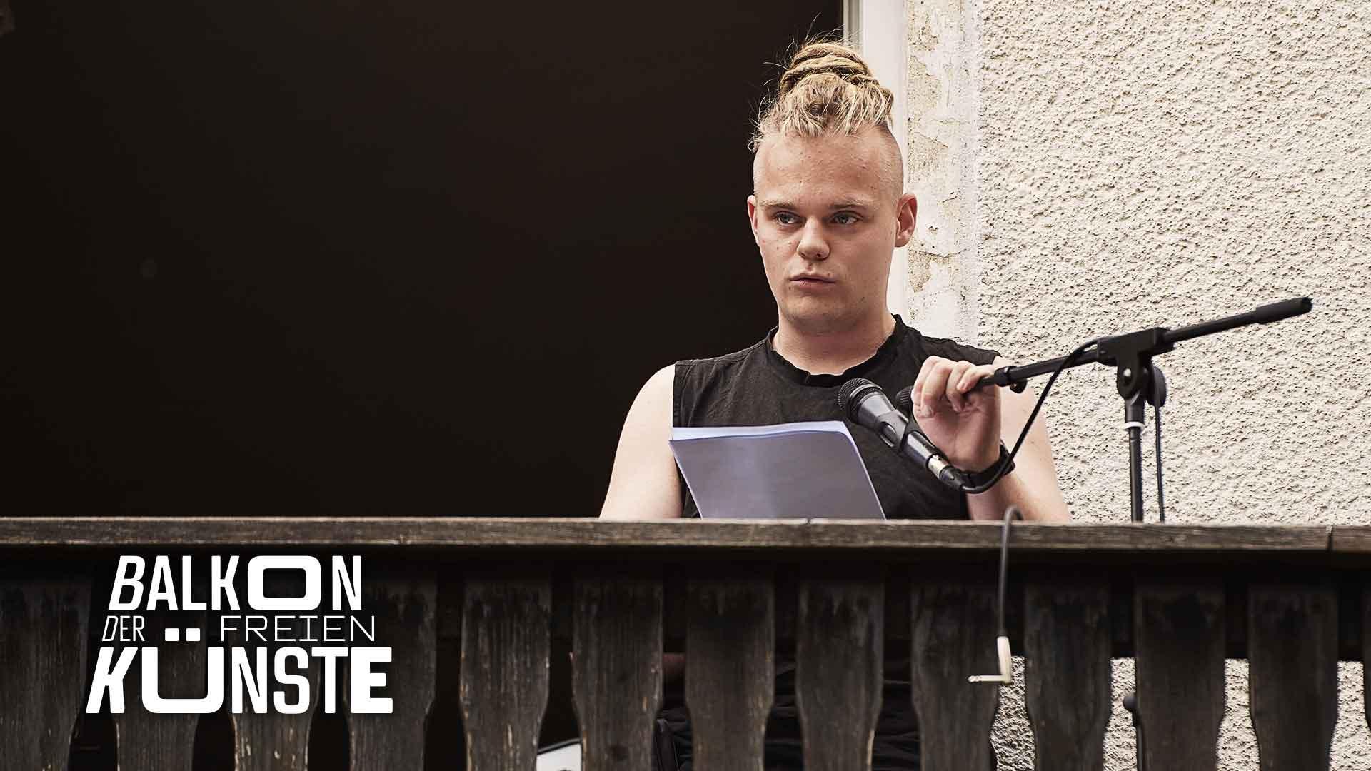 Poetry-Slammer Thies auf dem Balkon der freien Künste