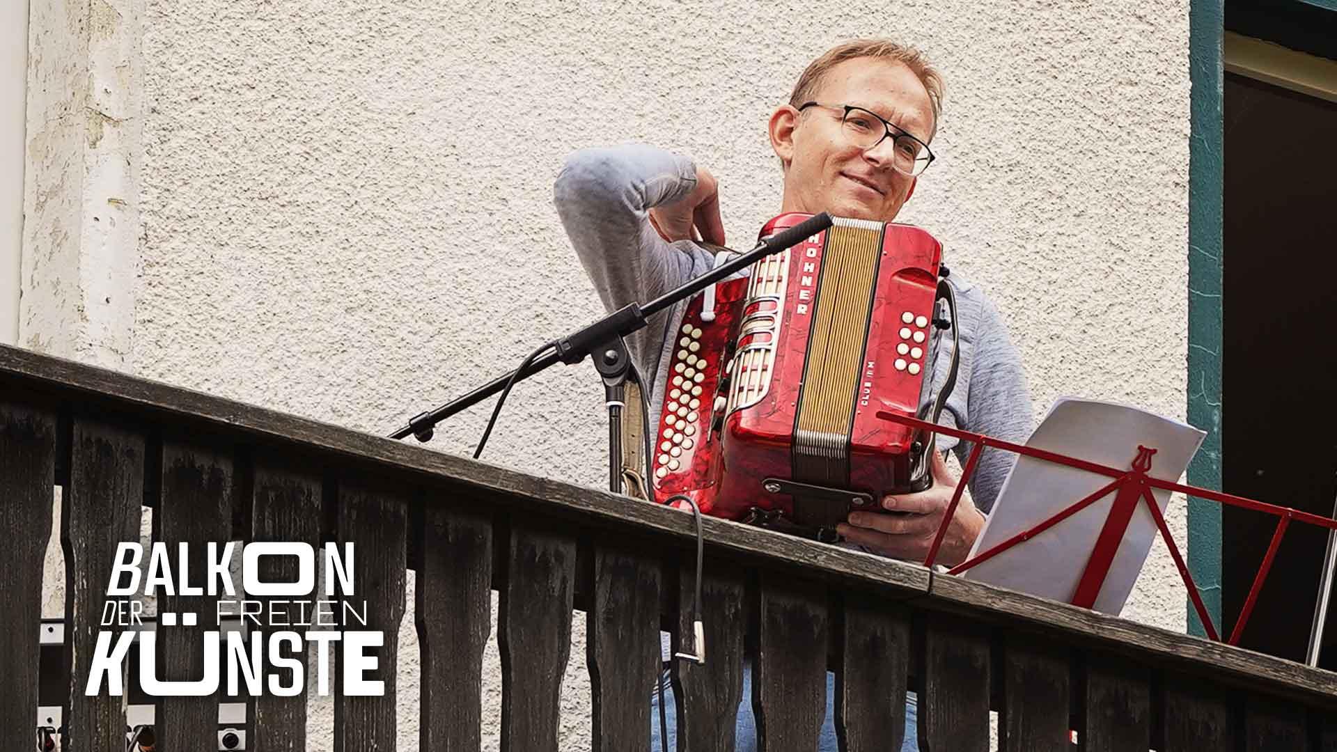 Folk mit Holger Adams auf dem Balkon der freien Künste