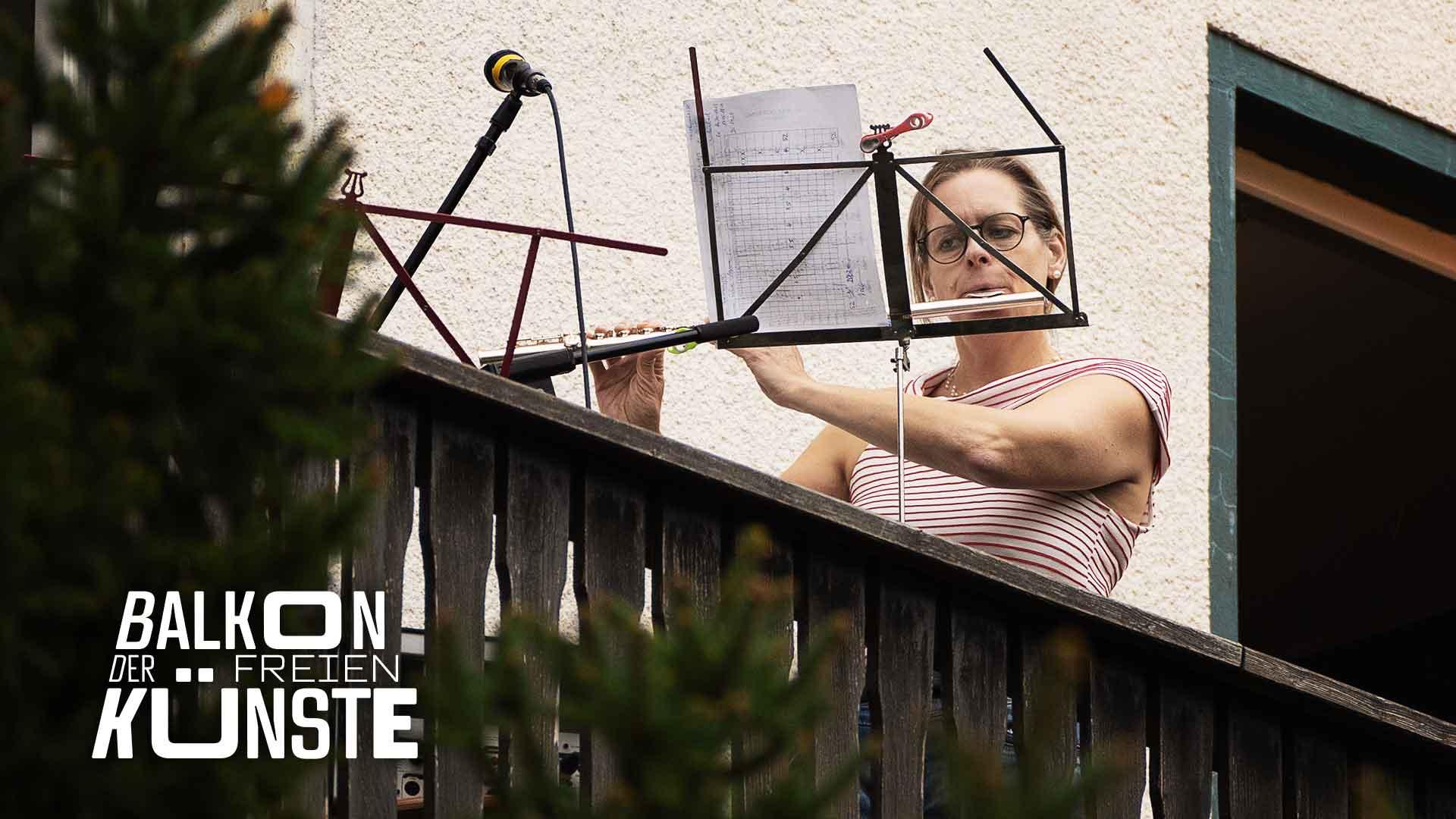Flötistin Kirsten Grotemeyer auf dem Balkon der freien Künste
