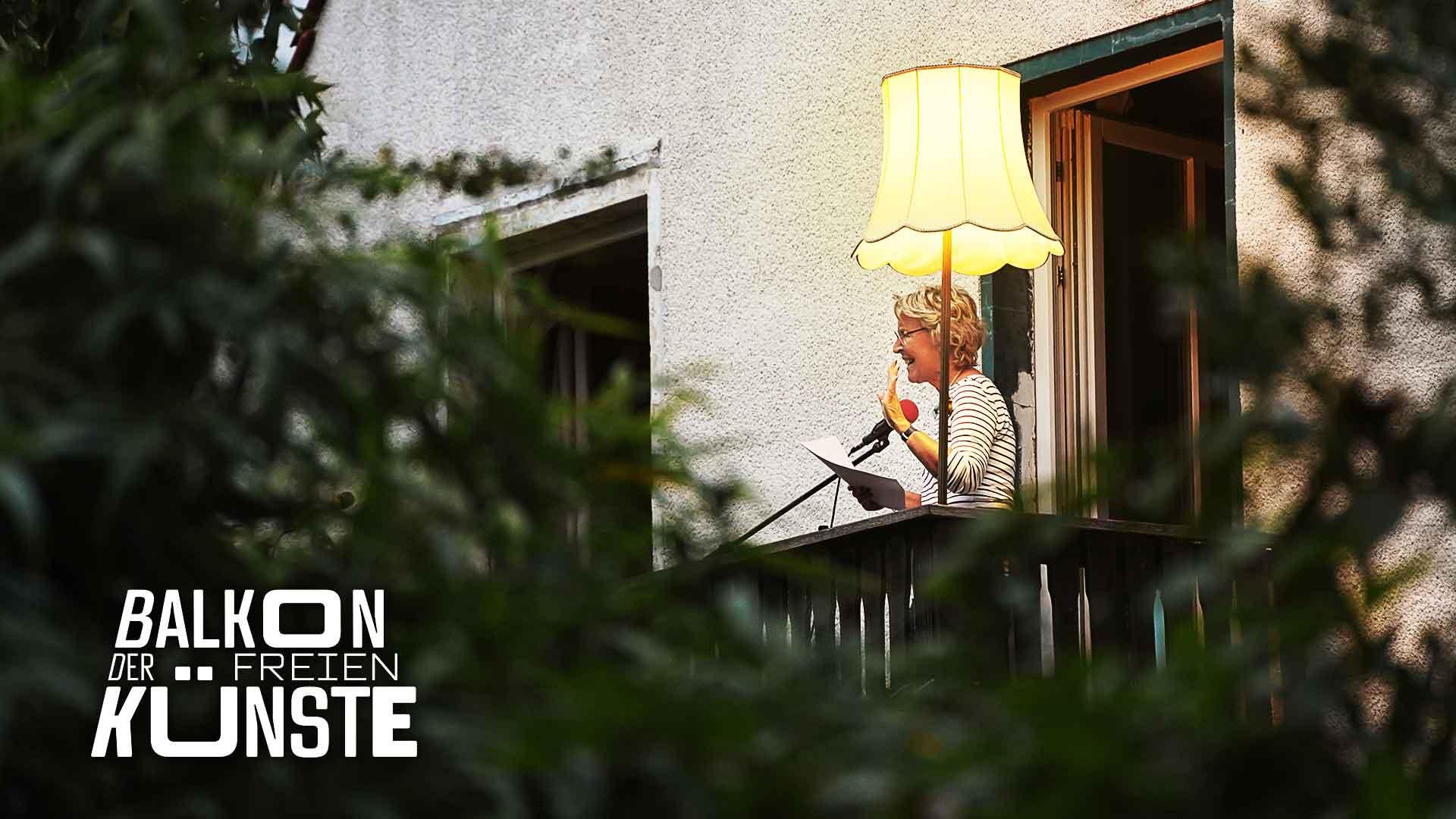 Die Vorleserin Annette Ziebeker auf dem Balkon der freien Künste